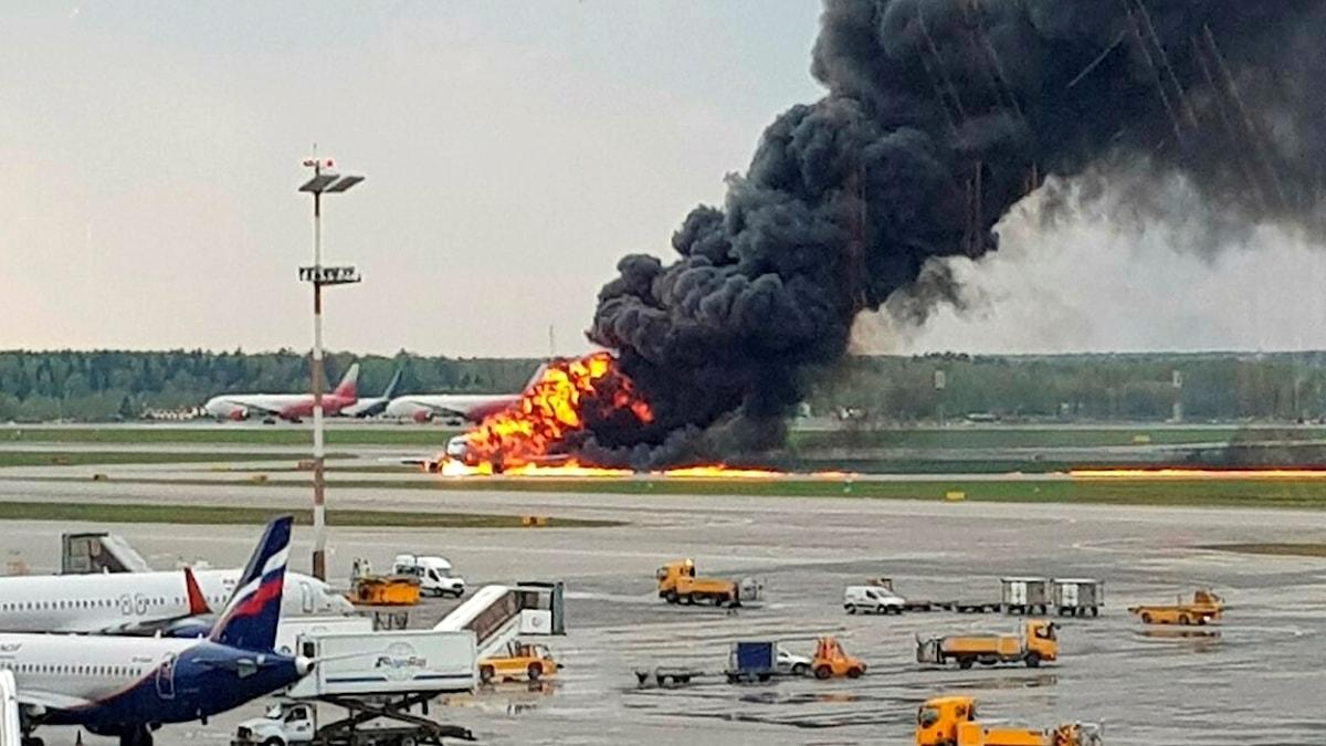 Brinnande flygplan på landningsbana