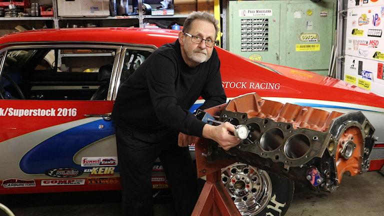 Anders Eriksson står böjd över sin isärmonterade V8-motor.