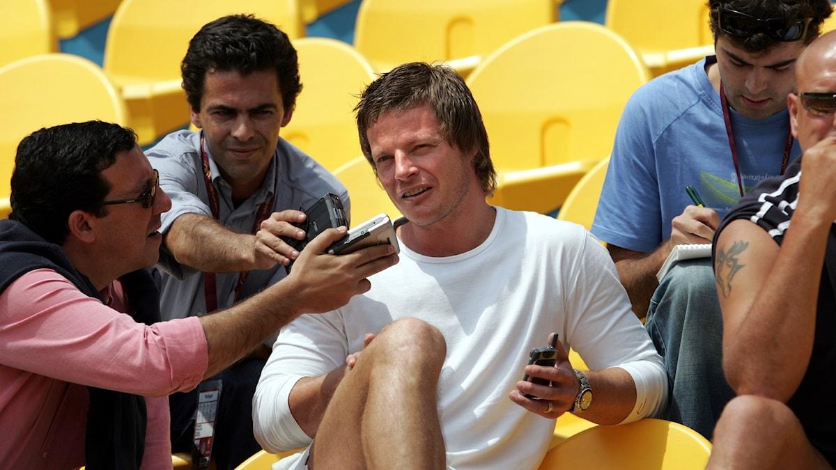 Stefan Schwarz intervjuas inför EM-matchen 2004.