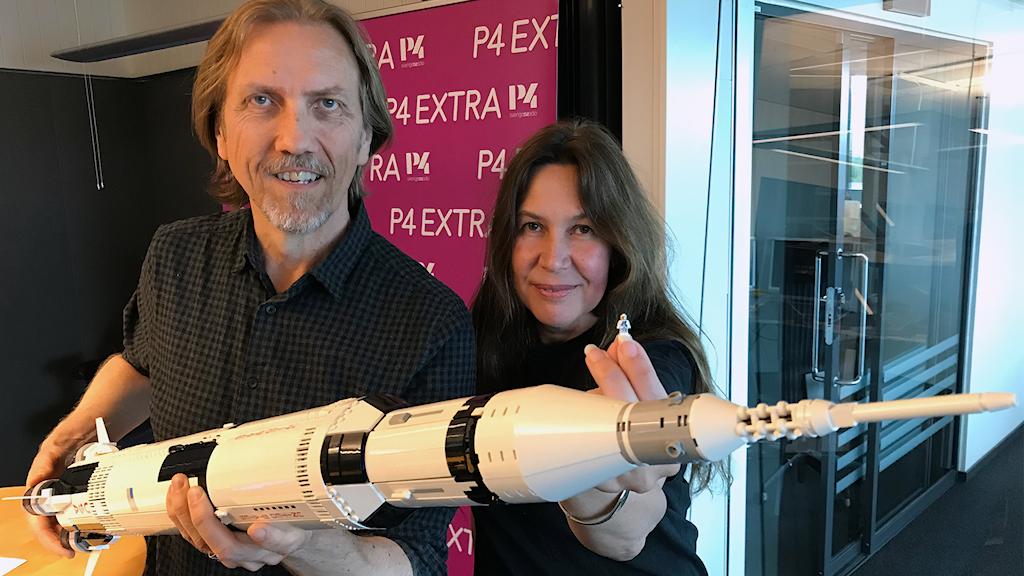 Erik och Rymdmaria med Saturnusraketen som tog astronauterna till månen.