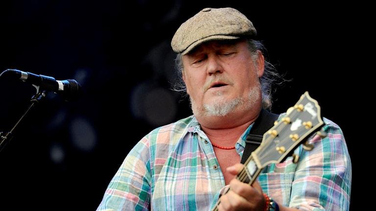 Plura Jonsson spelar gitarr och sjunger.