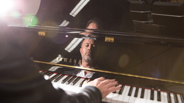 Alexander Kronlund vid pianot