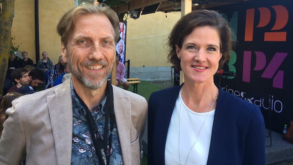 Erik Blix och Anna Kinberg Batra vid Sveriges Radios scen i Almedalen.