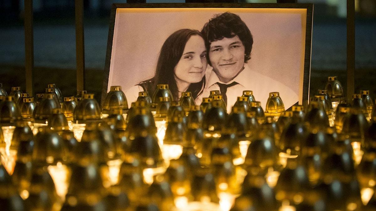 Foto på mördat par i Slovakien. Tända ljus framför fotot.