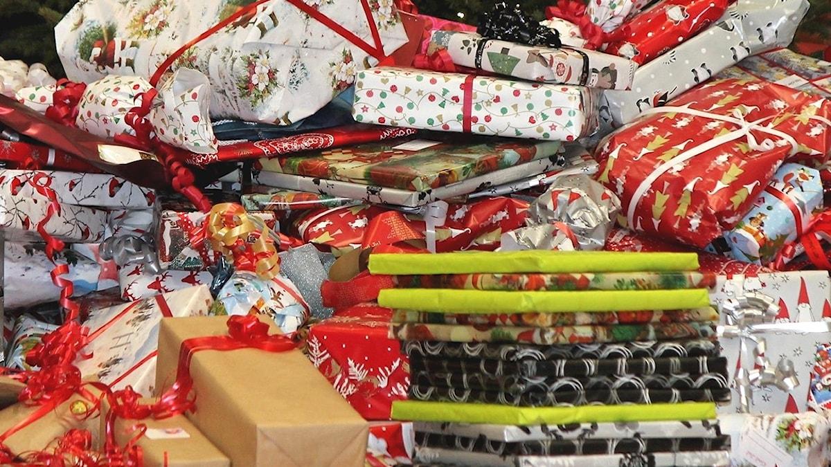 Basketpubliken skänkte julklappar inför matchen som ska delas ut av Svenska kyrkan på julafton.