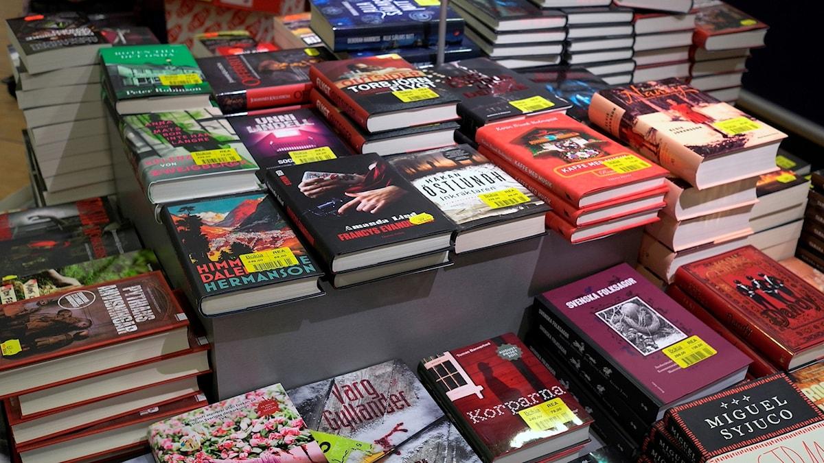 Högar av böcker i en bokhandel.