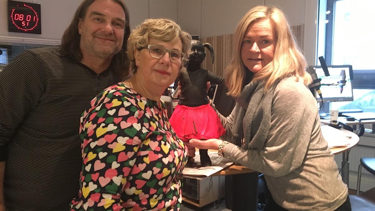 Peje Johansson, Gunilla Friman, Anne Marchal och den lilla flickan med kjolen som nu är tillbaka. Foto: Rebecka Svensson/Sveriges Radio