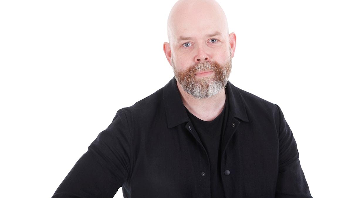 En man med svart skjorta