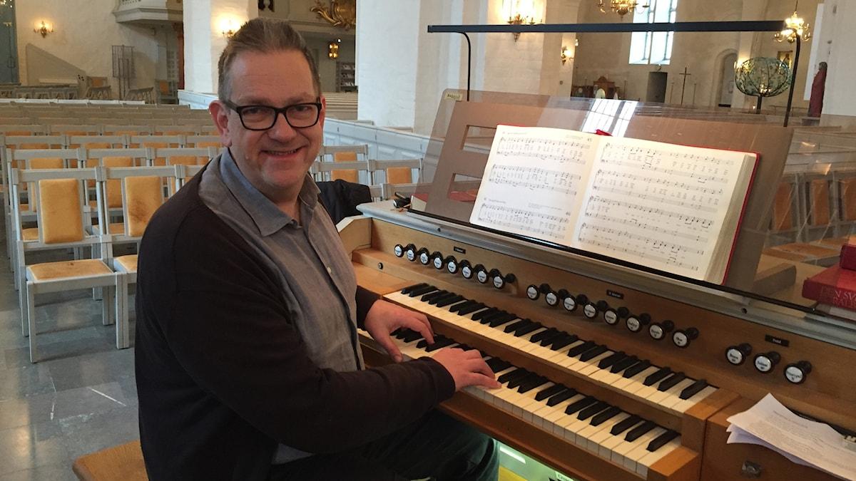 Patrik Sassersson, musikkonsulent stiftskansliet sitter vid en orgel i Växjö domkyrka.