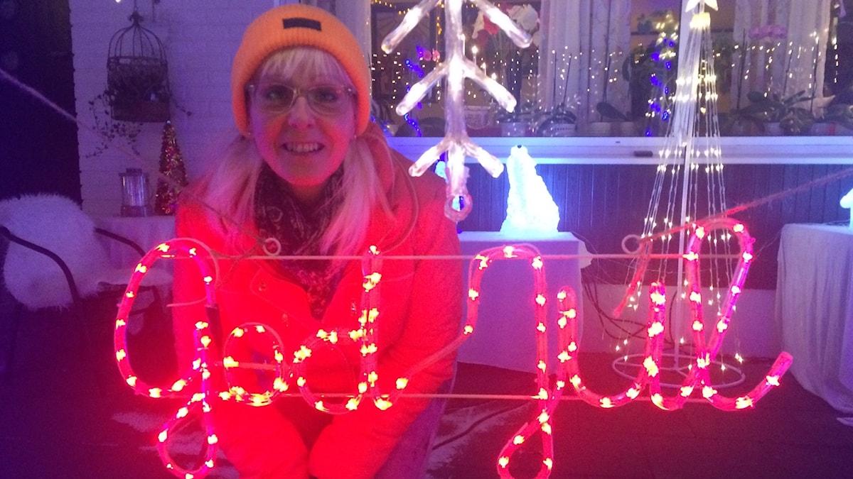 Ingela Strand vid sin god jul belysning.