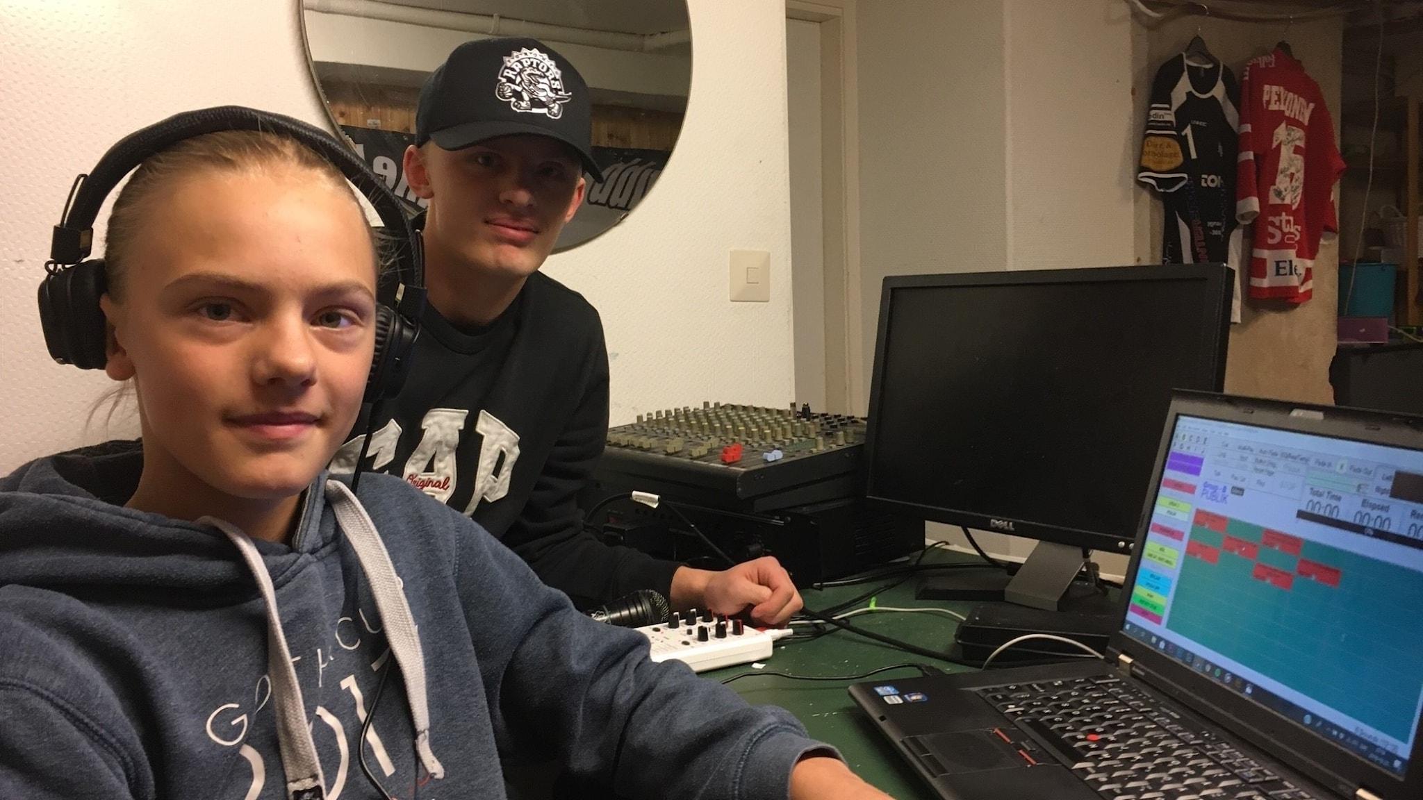 Max och Måns sitter vid flera skärmar där de mixar musik.