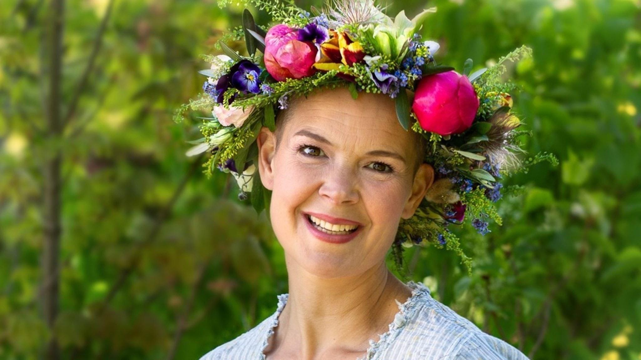 en kvinna med en blomsterkrans