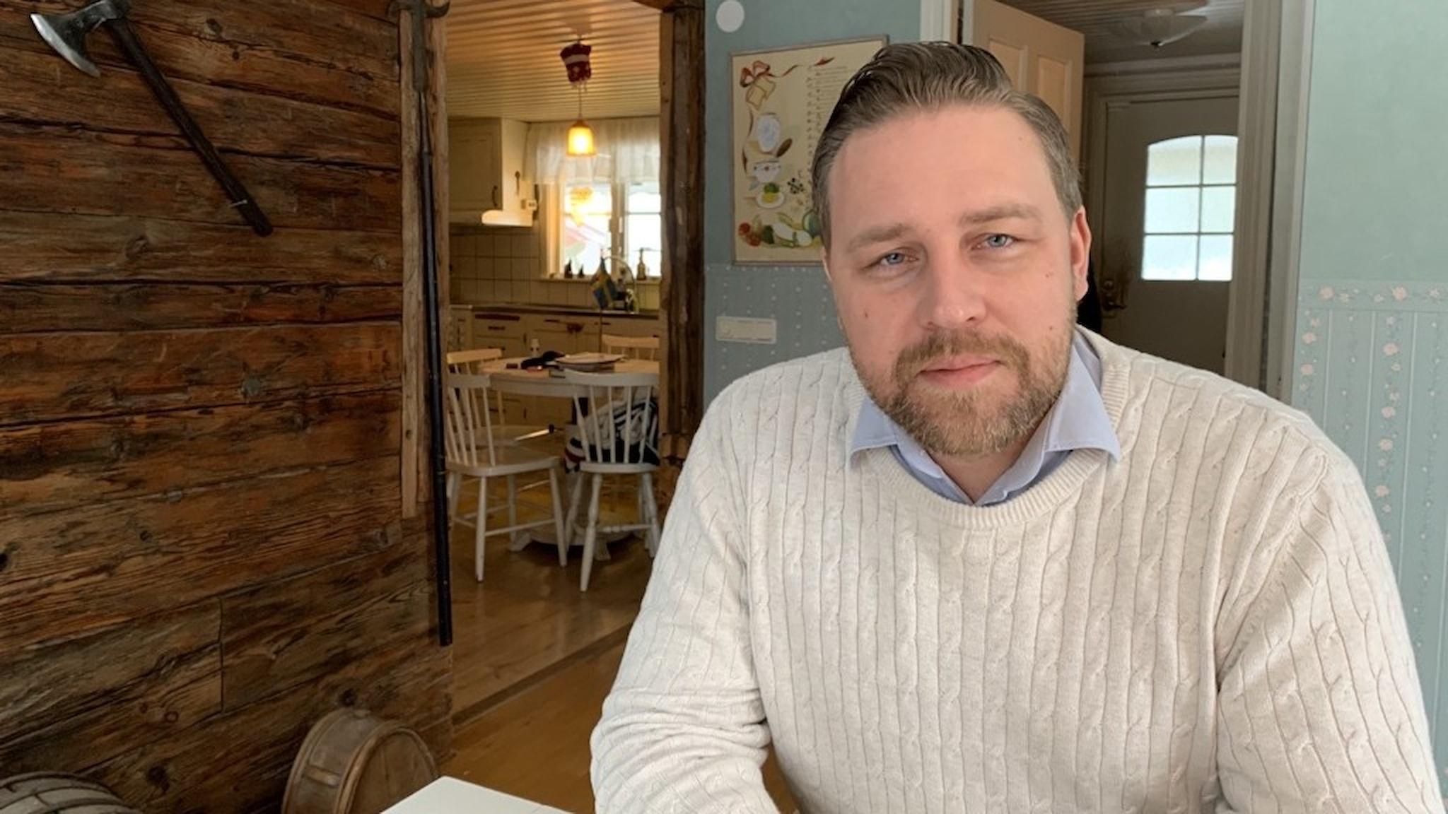 Sverigedemokraten och riksdagsledamoten Mattias Karlsson i sitt hem.