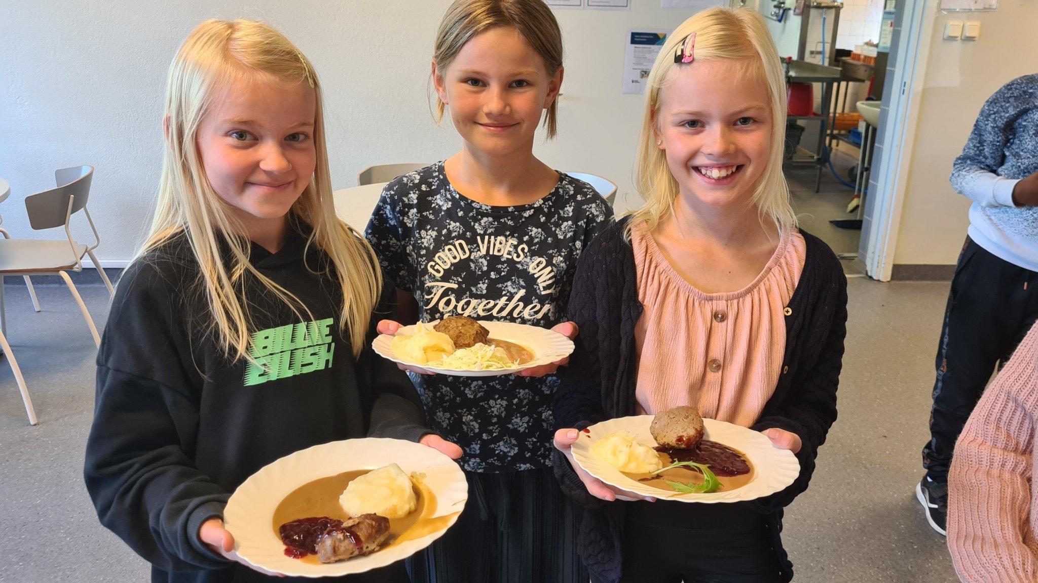 Eleverna Annie, Isabelle och Nelly testar vildsvin i matsalen på Braås skola.