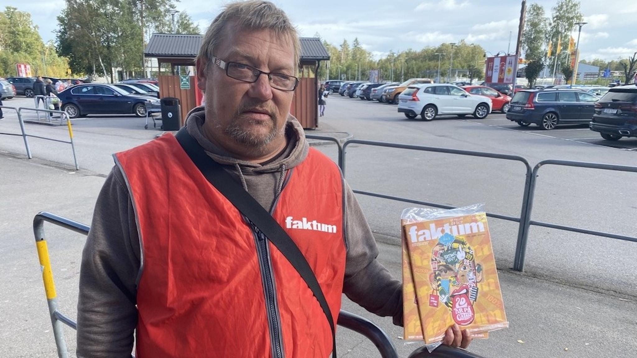 Andreas Persson säljer gatutidningen Faktum i Älmhult.