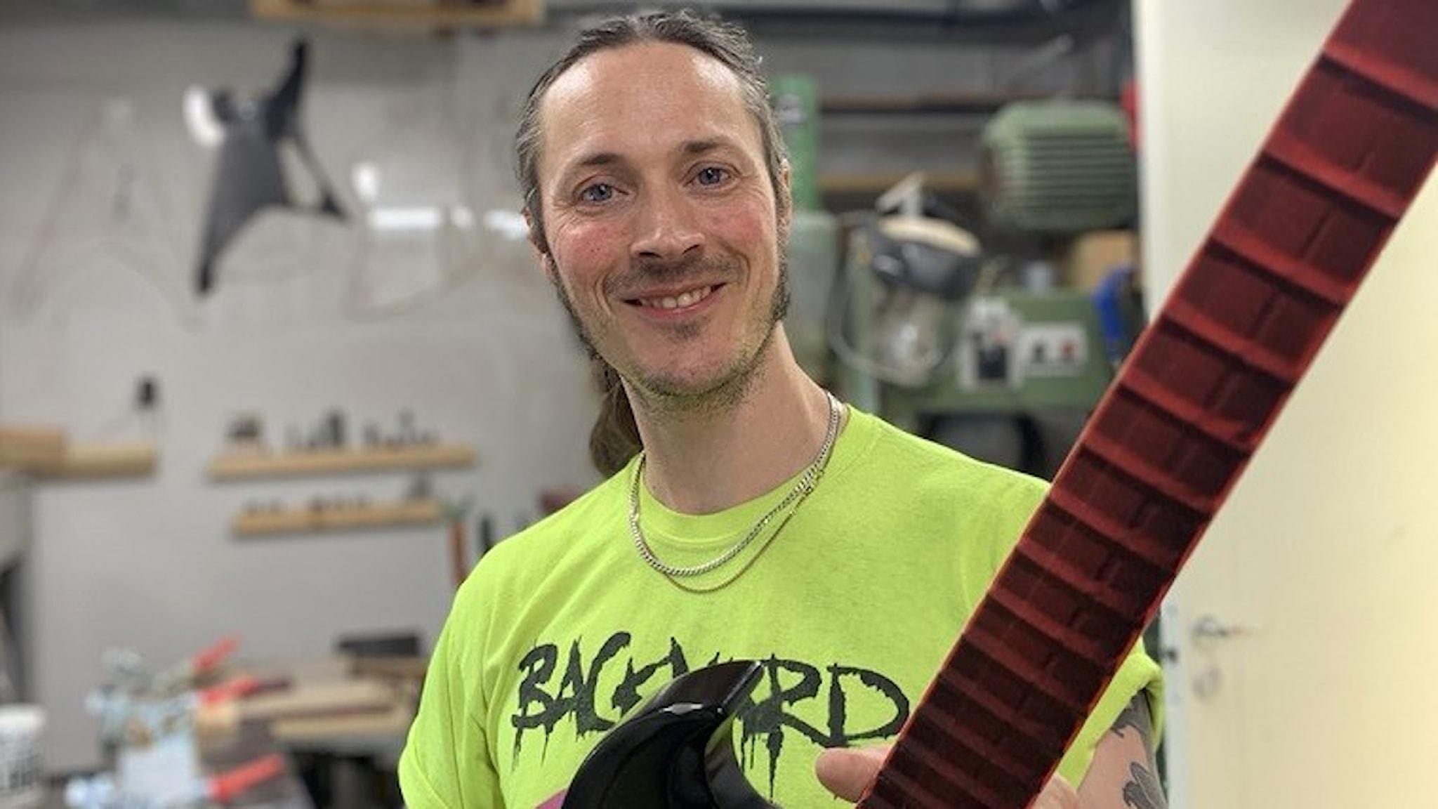 en man med en gitarr