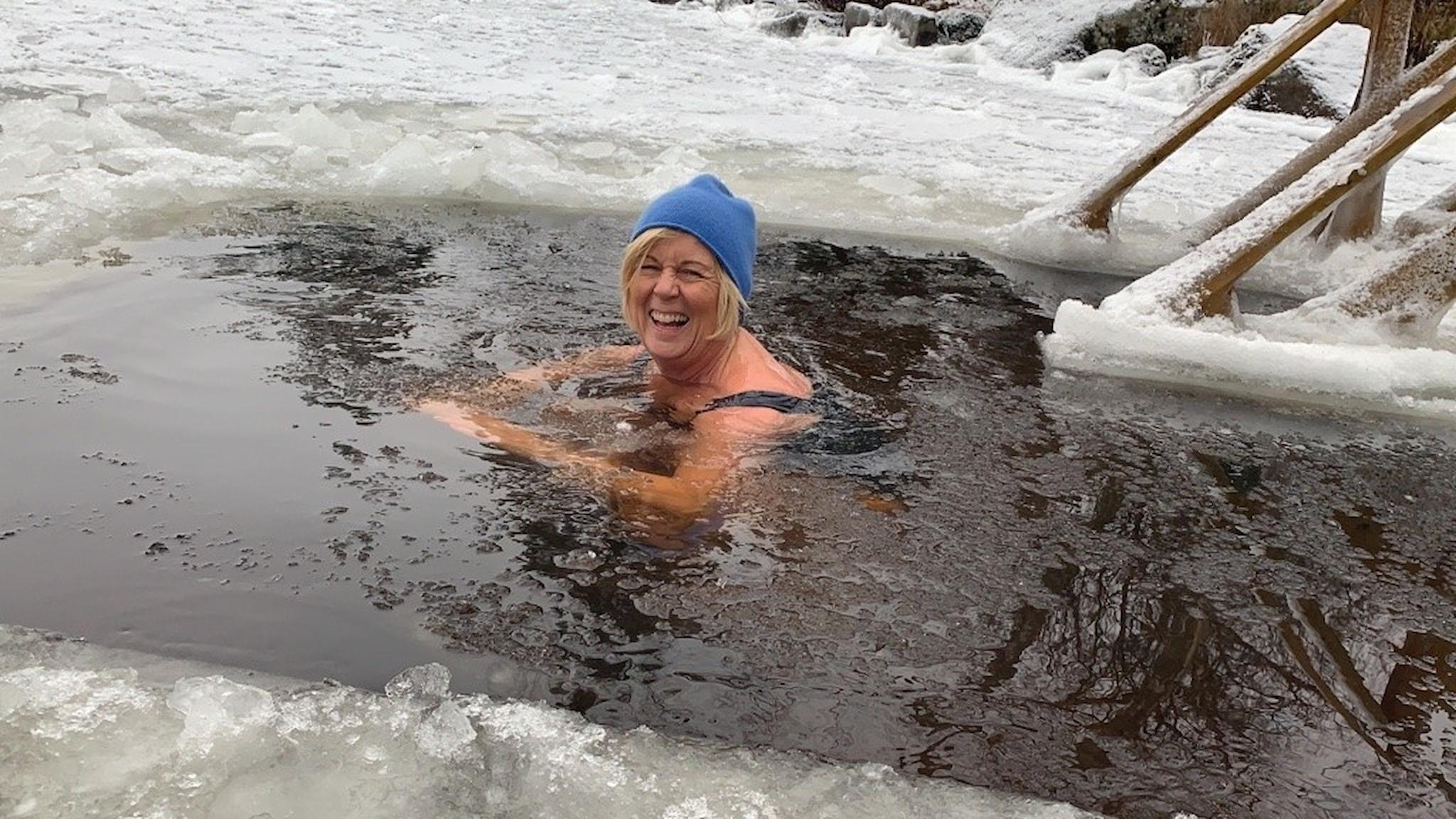 Kronobergs landshövding Maria Arnholm kallbadar i Helgasjön i Växjö.