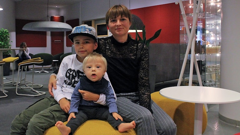 Anette Bjerkelund Jeppesen med sönerna William och  Malte 1,5 år som har Downs syndrom