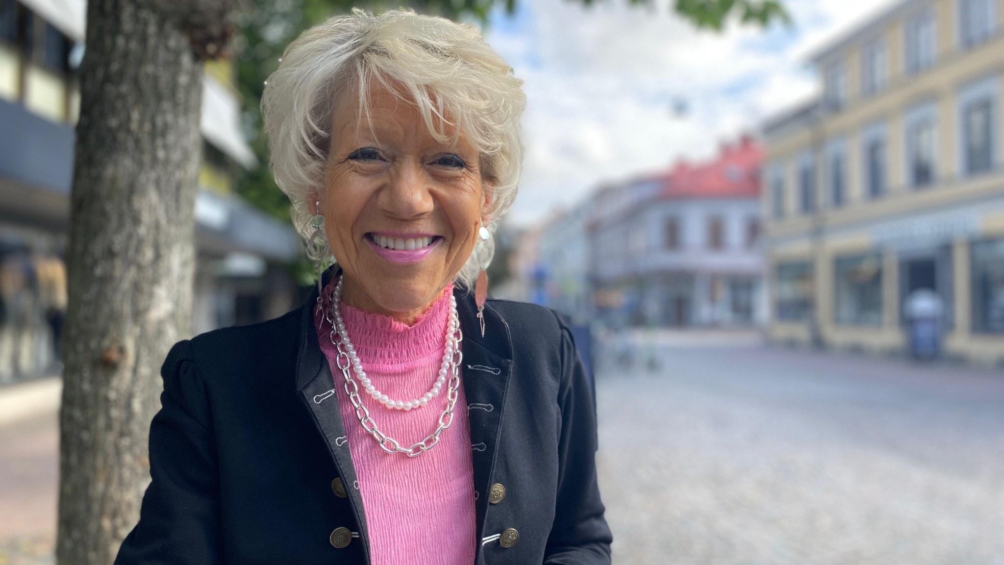 Dansbandsartisten Mona G ler med Storgatan i Växjö i bakgrunden.