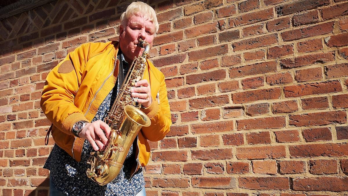 En man med en saxofon