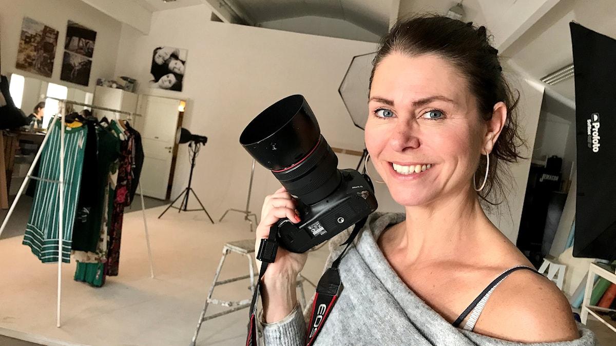 En kvinna med en kamera