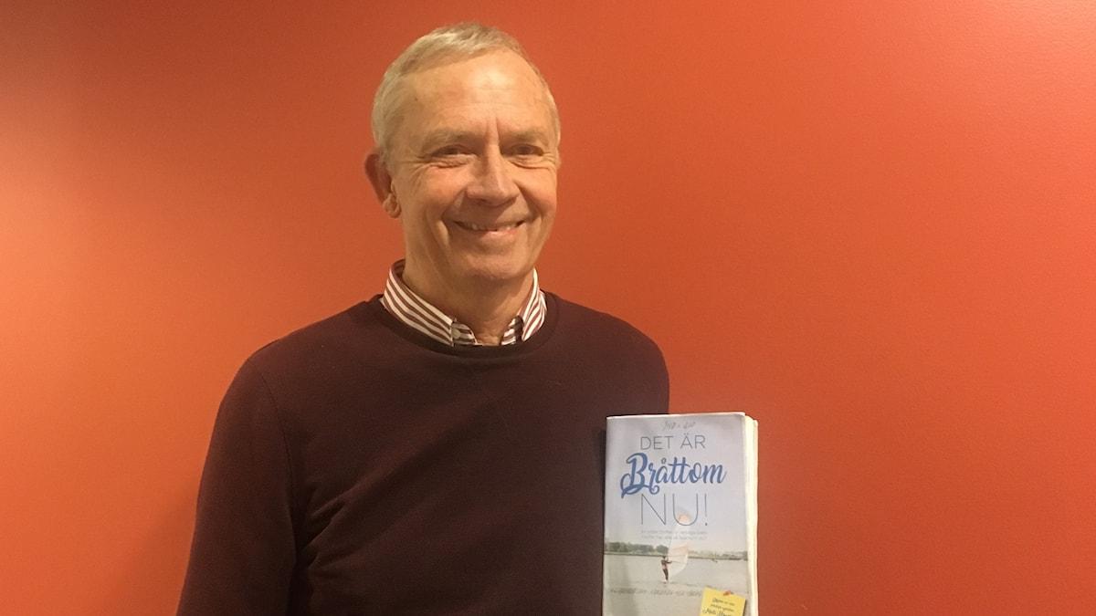 Mats Birgersson med sin nya bok.