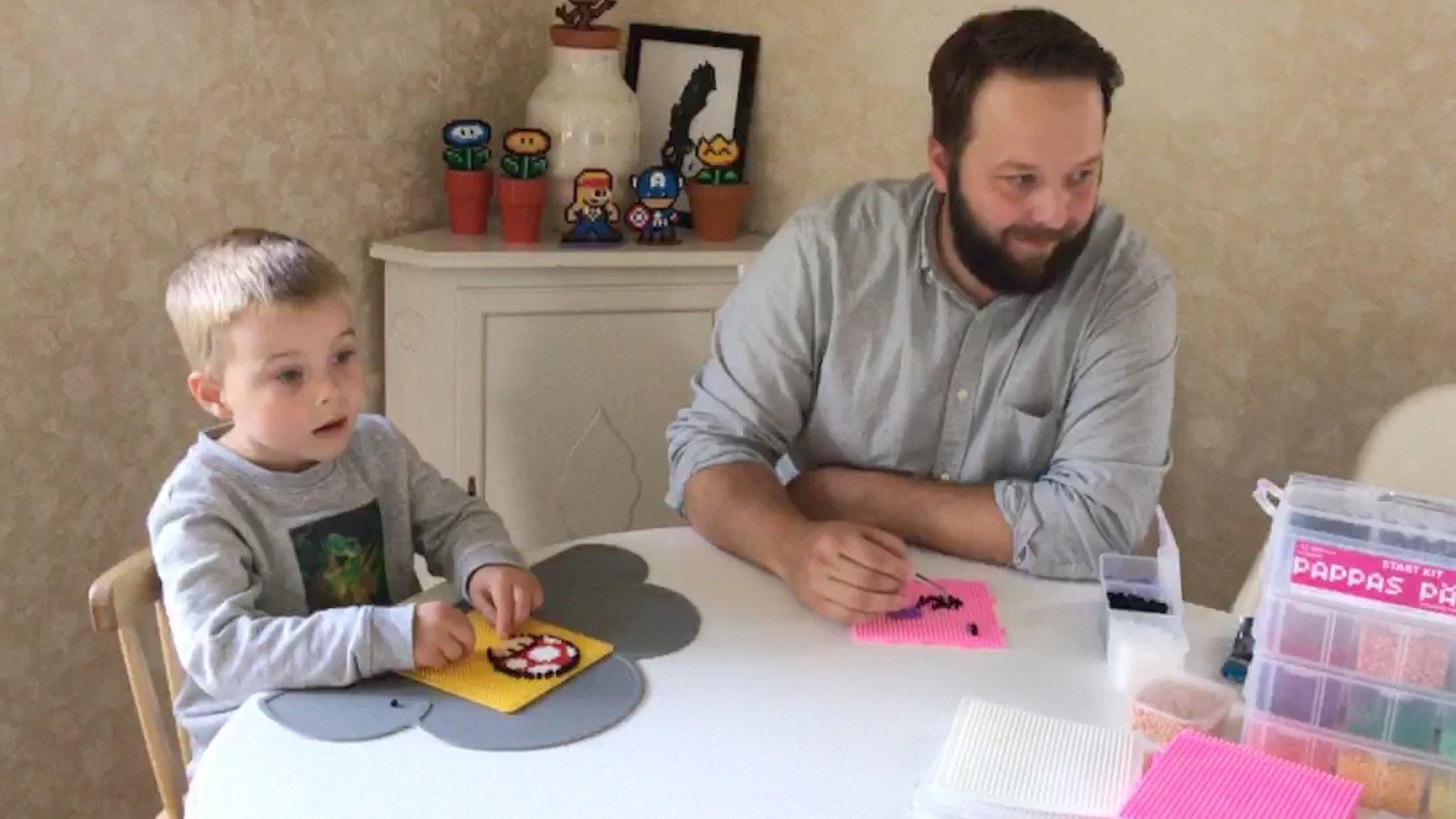 Pappa Johan och sonen Frej älskar att pärla
