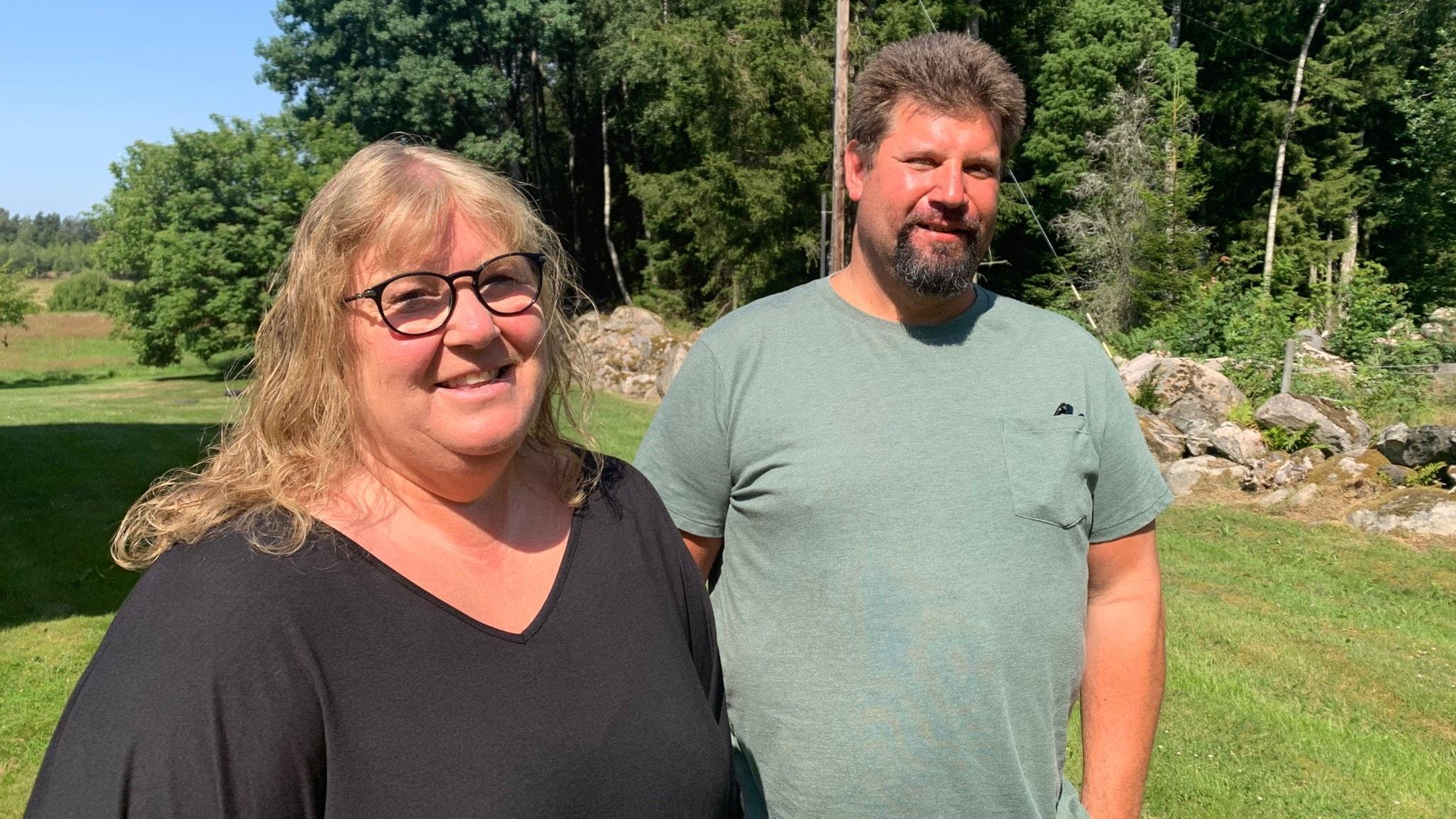 Ann-Charlott Roos och Tony Johansson, föräldrar till kulstötaren Fanny Roos. De står bredvid varandra i deras trädgård hemma i Ekenäs utanför Ryssby.