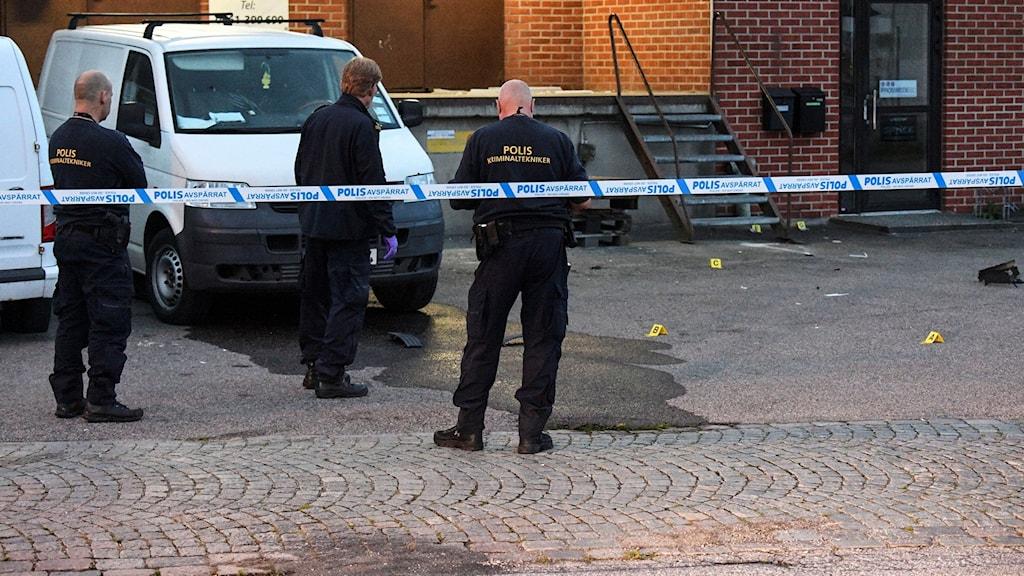Polisens kriminaltekniner undersöker området kring en skåpbil Baragatan i Malmö