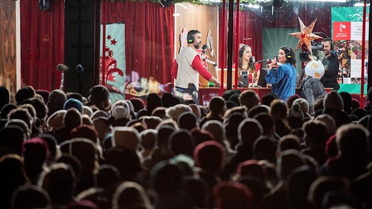 Fr v Kalle Zackari Wahlström, Farah Abadi och Molly Sandén sänder från buren på Rådhustorget i Umeå då Sveriges radios Musikhjälpen drar igång.