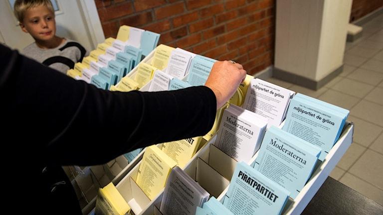 Valsedlar. Personer i Ursvik, Sundbyberg, röstar i sin valkrets i riksdags och lokalvalet 2014.