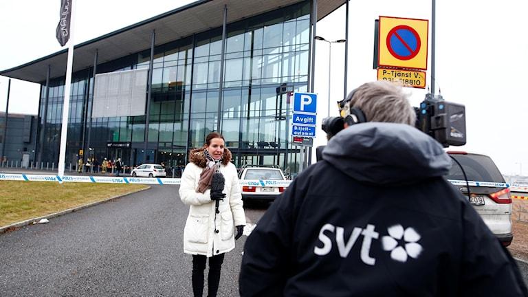Bilden visar två journalister utanför TV-huset i Göteborg.