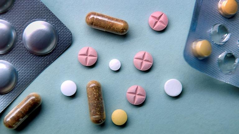 Tablettkartor och olika sorters piller.