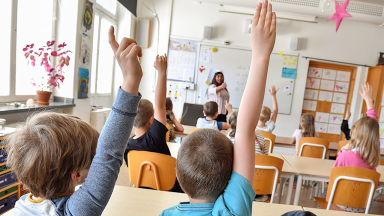 Elever och lärare i klassrum, årskurs 1