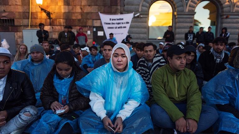 Hundratalet ensamkommande ungdomar sittstrejkar på Mynttorget i Stockholm. Bilden togs i söndags