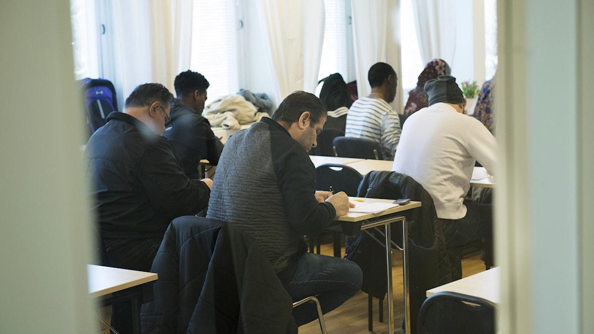 Asylsökande lär sig svenska på ett utbildningscenter