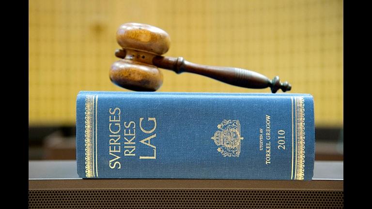 En domarklubba ligger på en lagbok i Stockholms tingsrätt Foto: Jessica Gow / SCANPIX / Kod 10170