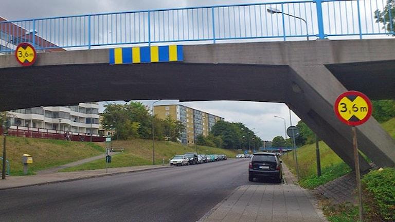 Gångbron över Hyllievångsvägen i Malmö där en man och hans 1,5-åriga son misshandlades svårt förra hösten. Foto: Madeleine Fritsch-Lärka/Sveriges Radio