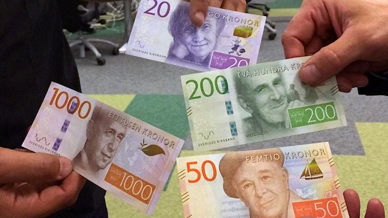 Uudet 20-, 50-, 200- ja 1000-kruunun setelit. Kuva: Sveriges Radio
