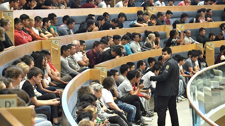 Afghanska flyktingar på åhörarläktaren i Riksdagshuset