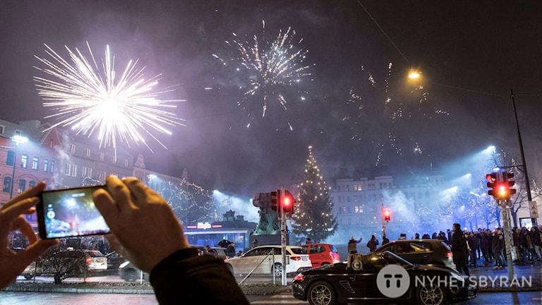 Nyårsfirande på Möllevångstorget i Malmö.