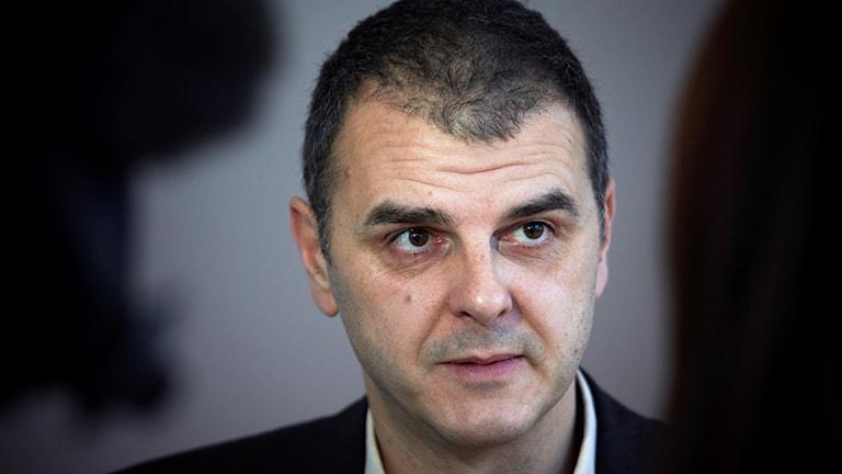 Jasenko Selimovic (L), xildhibaan baarlamanka EU.