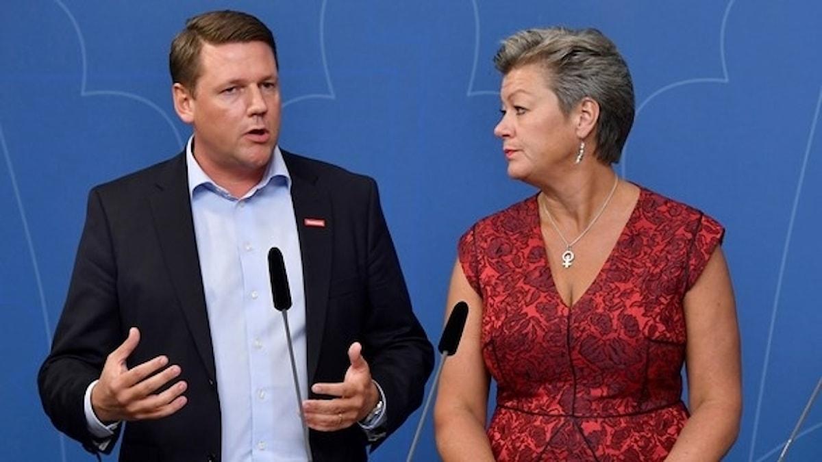 Kommunals ordförande Tobias Baudin och arbetsmarknadsminister Ylva Johansson. Foto: Anders Wiklund/TT.