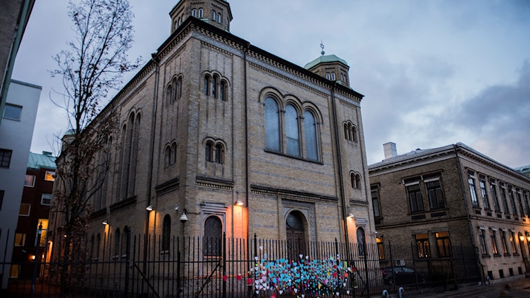 Synagogan i Göteborg kärleksbombas efter lördagskvällens attack. Blommor och pappershjärtan sattes upp på grindarna till byggnaden