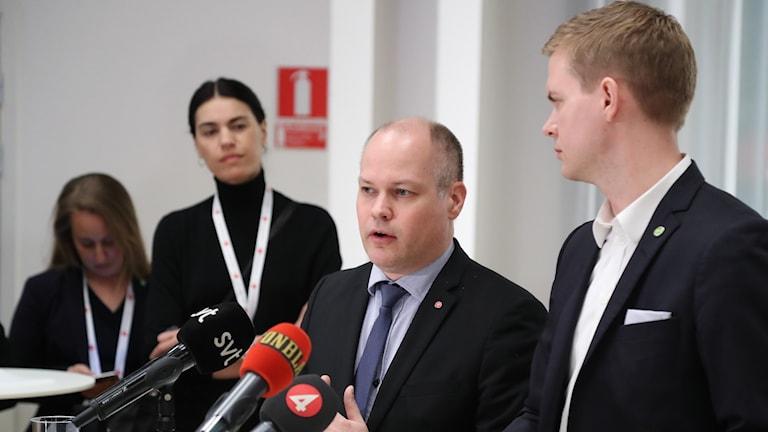 Morgan Johansson (S), wasiirka shuruucda iyo Gustav Fridolin (MP), wasiirka tacliinta.