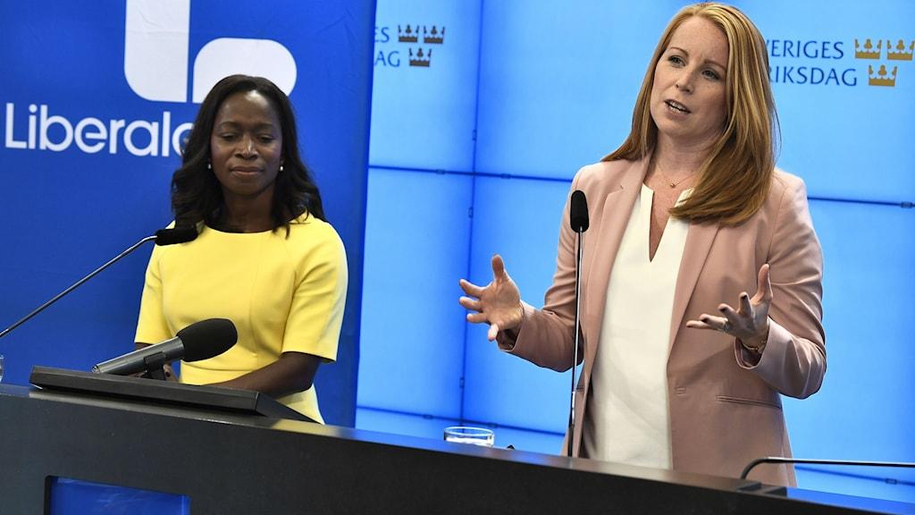 Annie Lööf, hoggaamiyaha xisbiga Centerpartiet iyo Nymko Sabuni, hoggaamiyaha xisbiga Liberalerna.