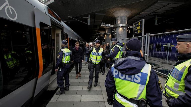 Polispatruller på plats vid station Hyllie (första tågstationen på den svenska sidan efter Öresundsbron