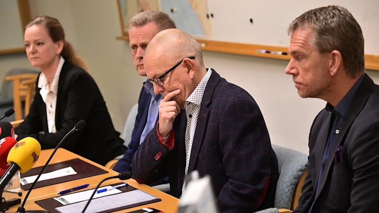 Amelie Gustafsson socialchef, kommundirektör Jan Solmér, Martin Persson, chef för utbildningsförvaltningen i Lomma och Svenjohan Davidson, verksamhetschef grundskolan, under pressträffen i Lomma.