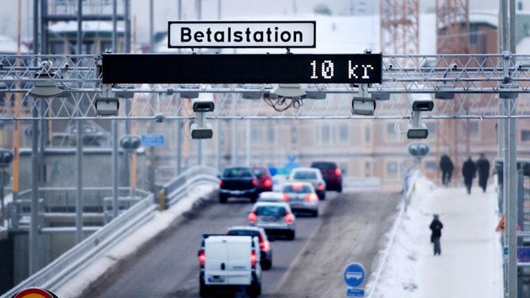 Trafik på Liljeholmsbron. Nya planer finns på att trängselskattssystemet ska utökas och avgifterna höjas.