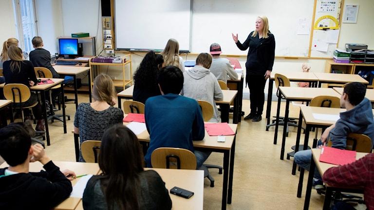 En lärare undervisar en klass med högstadieelever (årskurs 8) i Sofia skola